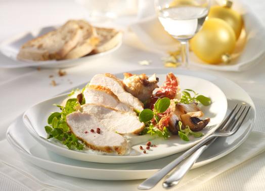 Kross gebratene Hähnchenbrust auf Trüffelcreme, Pilzen und Salat