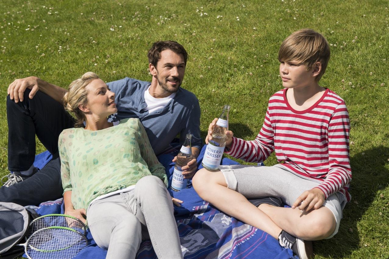 Natürliches Mineralwasser ist der optimale Durstlöscher für den Sommer.