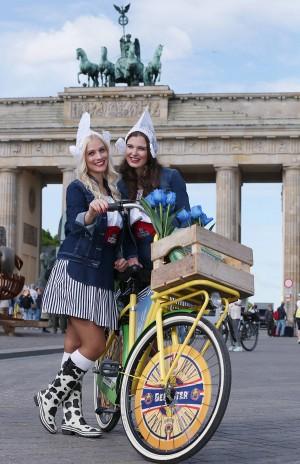 Eefje (l) u Shauny (r) bringen den Käseprimeur Beemster Graskaas nach Berlin Quelle Meike Wirsel-Beemster bitte nennen
