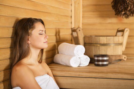 Wer in der Sauna schwitzt, verliert viel Wasser, das durch reichlich trinken ersetzt werden muss. Ideal geeignet ist frisches Trinkwasser aus dem Hahn. Forum Trinkwasser; ©billionphotos.com; Fotolia