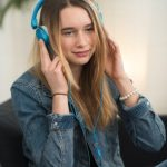 Teenager hrt Musik mit Kopfhrer