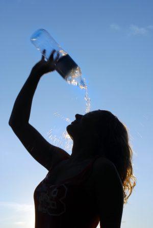 """Natürliches Mineralwasser erfrischt erhitzte Gemüter, zum Beispiel als belebender Cocktail """"Fresh Up""""."""