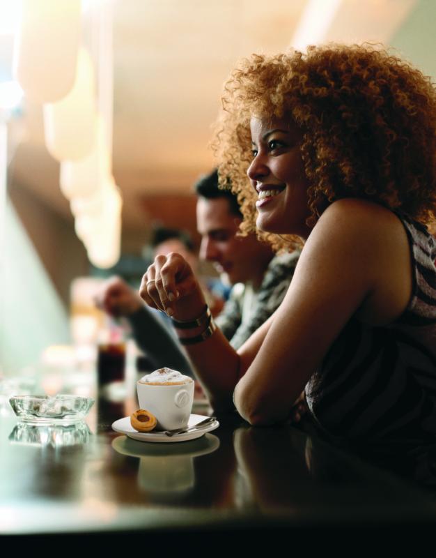 Kaffee : Frau an Bar mit Kaffeegetränk
