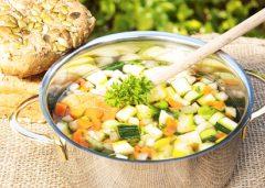 Frühlingssuppen mit saisonalem Gemüse und frischen Kräutern
