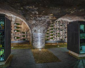 Großflaschen Installation in der wineBANK Rheingau by Balthasar Ress