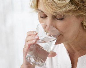 Heilwasser-trinkende-Frau_Foto-www.heilwasser.com_.jpg