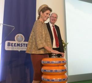 Königin Máxima eröffnet mit symbolischem Klingeldruck die grünste Käserei der Welt Quelle Beemster bitte nennen rechts Eric Hulst Direktor von Beemster