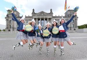 Kaasmeisjes im Frühlingsfieber bringen Käseprimeur Beemster Graskaas zum Reichstag Quelle Meike Wirsel Beemster bitte nennen