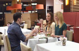 Mit dem Mineralwasser-Wissen fürs Restaurant gibt es neuen Gesprächsstoff beim Ausgehen.