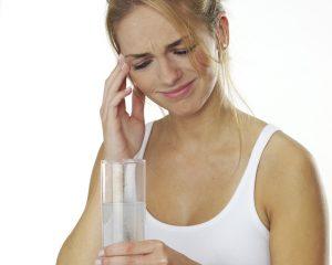 Migräne_Frau-mit-Heilwasserglas.jpg
