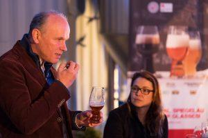 Vertriebsdirektor Christian Kraus erklärt die Funktionalität der Spiegleau Craft Beer Glasses (Foto: Spiegelau/Markus Raupach).