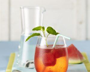 Dagmar von Cramm, gibt Tipps, wie sich Trinkwasser schnell und einfach in leckere, coole Sommerdrinks verwandeln lässt.