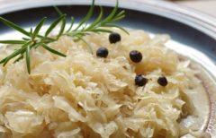 Sauerkraut mit Wacholderbeeren und Rosmarin
