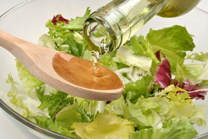Salat mit Öl angerichtet