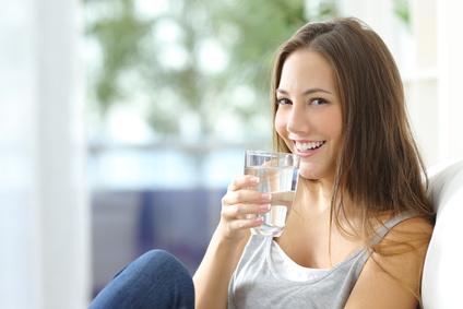 Glas Wasser trinken