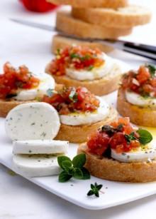 Zottarella-Tomaten-Crostini