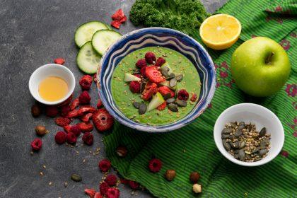 Gurke, Apfel und Grünkohl aus dem Mixer