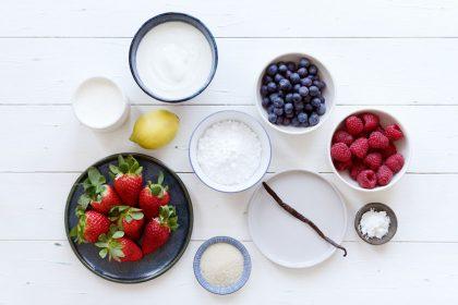 Joghurt-Eis mit Erdbeer-Swirl