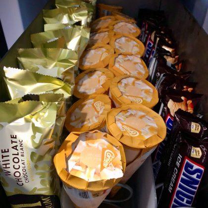 Eisautomaten von Flavura für den Eisverkauf: Flavura Vending Automaten, Verkaufsautomaten und Warenautomaten, für leckeres Eis, geeignet für die Verpackungsarten Stieleis, Tüteneis & Waffeleis beliebter Eiscremes & exklusiver Eissorten wie Ben & Jerry's, Häagen Dasz, Langnese, Nestlé Schöller, Mars Ice Cream oder Mövenpick
