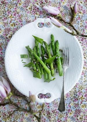 gruener-spargel-mit-baerlauch-und-zwiebeln