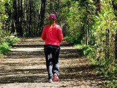 Bewegung wichtiger denn je: Laufen und Walken schützt vor schwerem COVID-19-Verlauf