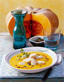 Kürbis-Curry-Suppe mit Seelachswürfeln
