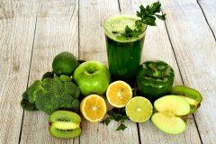 Leckere Ideen für zu viel Obst: bunte Smoothies und Säfte